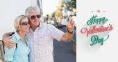 Happy tourist couple taking a selfie — Stock Photo