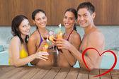 Pessoas alegres, brindando bebidas na dancar — Fotografia Stock