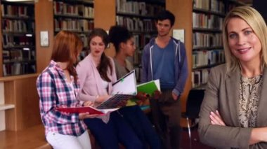 Students and tutor discussing in the library — Stockvideo