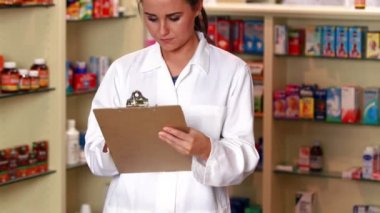 Junior pharmacist talking with colleague — Stock Video