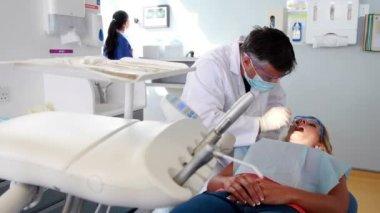 Dentista examinar unos dientes de los pacientes — Vídeo de Stock