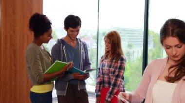 Estudante, sorrindo para a câmera na biblioteca — Vídeo stock