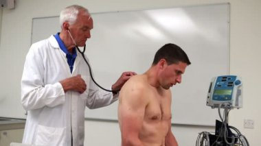Doctor listening to patient with stethoscope — Stock Video