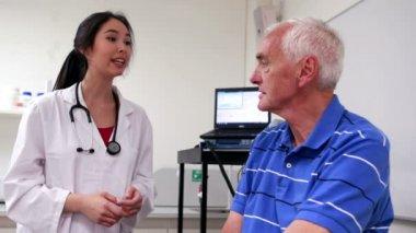 Doctor talking to elderly patient — Stock Video