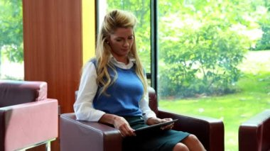 Businesswoman using her digital tablet smiling at camera — Stock Video