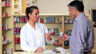 Aptekarz doradztwo klienta na medycynie — Wideo stockowe