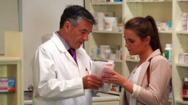 薬剤師医療アドバイス顧客 — ストックビデオ