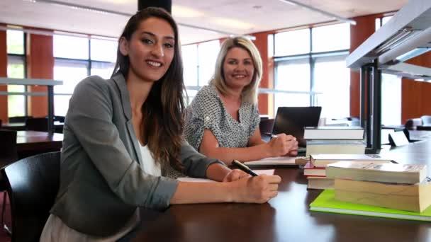 Estudiantes bastante maduros sonriendo a cámara — Vídeo de stock