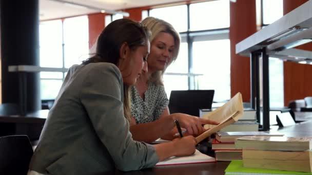 Dos maduros estudiantes estudiar juntos — Vídeo de stock
