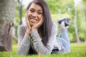 Půvabná brunetka se usmívá na kameru v parku — Stock fotografie
