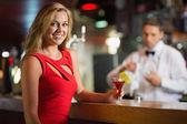 Hezká blondýnka se usmívá na fotoaparát koktejl — Stock fotografie