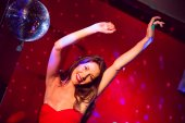 Pretty brunette dancing and smiling — ストック写真
