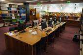 Computer desks in the library — Stockfoto