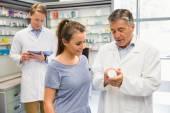Zadowolony klient rozmawia z farmaceutą — Zdjęcie stockowe