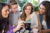 Unga studenter titta på en kamera — Stockfoto
