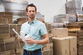 ウェアハウス ワーカー運ぶ小型ボックス — ストック写真