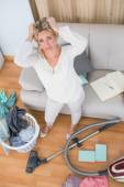 Blonde cleaning chaotic living room — Stock Photo