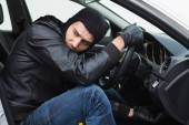 Thief breaking into a car — Stock Photo