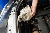 メカニックが車のオイルをチェックします。 — ストック写真