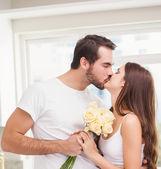 Man giving girlfriend white roses — Stock Photo
