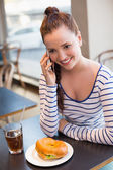 Jovem mulher ao telefone na hora do almoço — Fotografia Stock