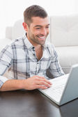 Smiling man on a laptop — Foto de Stock