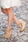 Female legs in wedge heels — Foto Stock