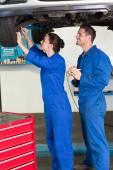 Team of mechanics working together — Stockfoto