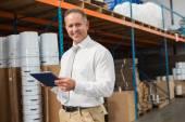 Менеджер с помощью цифрового планшета на складе — Стоковое фото