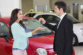 Businessman giving car key to customer — Stock Photo