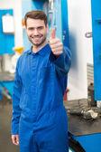 Mechanik se usmívá na kameru — Stock fotografie