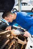 Mechanische Prüfung unter die Haube des Autos — Stockfoto