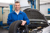 Mechanic holding a tire wheel — Stock Photo