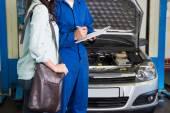 Customer listening to his mechanic — 图库照片
