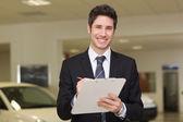 Uomo d'affari sorridenti scrivendo appunti — Foto Stock