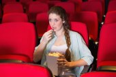 年轻女子看一部电影 — 图库照片