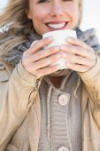 Blonde holding hot beverage — Stockfoto