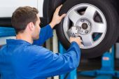 Mechanic adjusting the tire wheel — Stock Photo