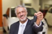 Salesman giving a customer car keys — Fotografia Stock