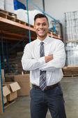 腕を組んで倉庫のマネージャー — ストック写真