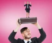Человек, держащий чемодан с Гневной предприниматель — Стоковое фото