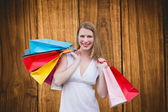 Blondýnka s nákupní tašky — Stock fotografie