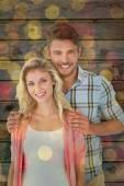 Séduisante jeune couple souriant à la caméra — Photo