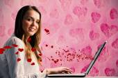 Zakenvrouw typen op haar laptop — Stockfoto