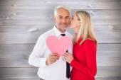 男子手持纸心从妻子得到一个吻 — 图库照片