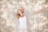 幸せなカップルの立っている広げられた腕によって — ストック写真