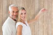 Pár, ukazující jejich nový klíč od domu — Stock fotografie