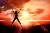 Frau springen mit ausgestreckten — Stockfoto