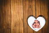 Vrouw op zoek via papier rip — Stockfoto