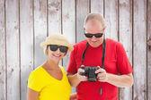 幸福的成熟夫妇戴着太阳镜 — 图库照片